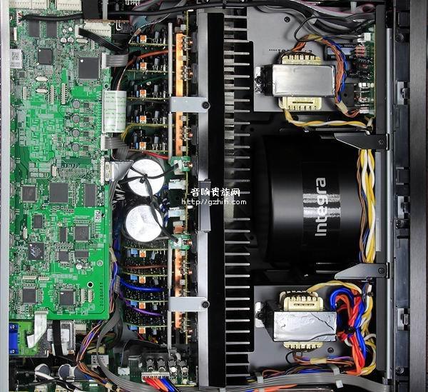 重量来自大型环形变压器与塞得满满的机