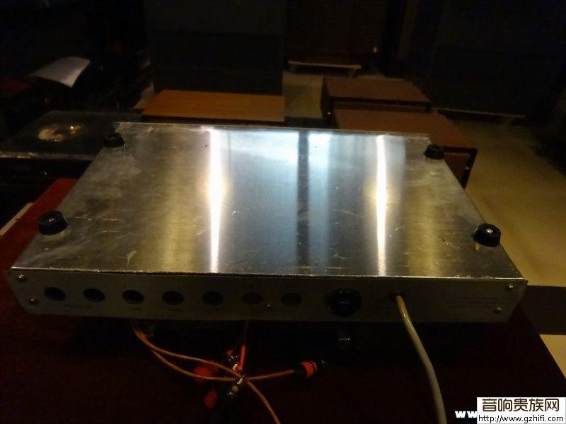 每声道使用2支12ax7作前置放大,2支ecf80作推动,2支el84推挽输出.